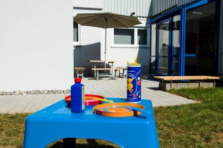 In front of the entrance to the factory sale of PUSTEFIX: a play table and picnic facilities