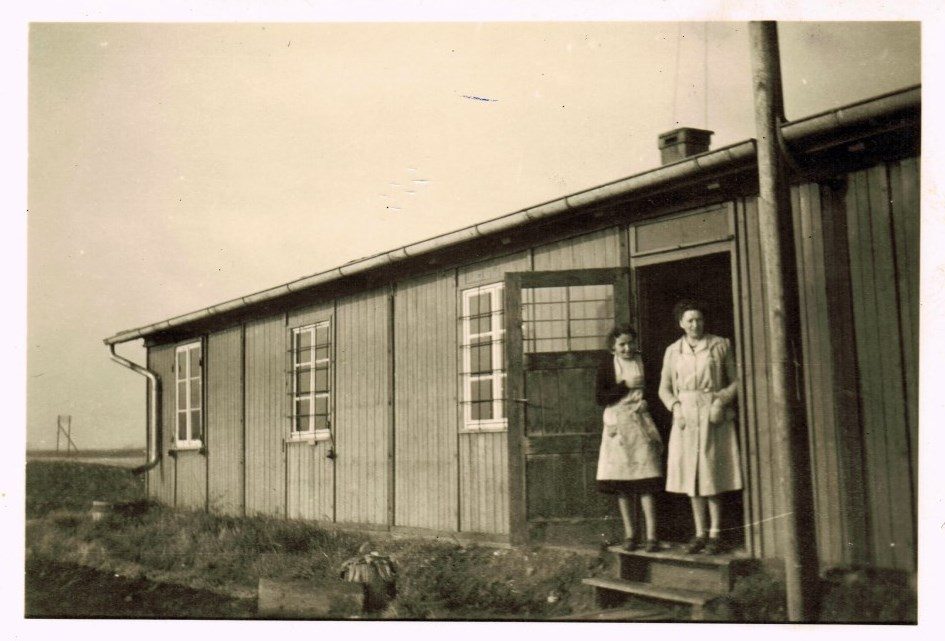 First production site of PUSTEFIX 1950. Two women at the entrance of the building