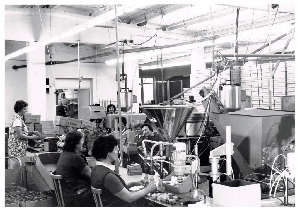 Several female factory workers in the PUSTEFIX production hall