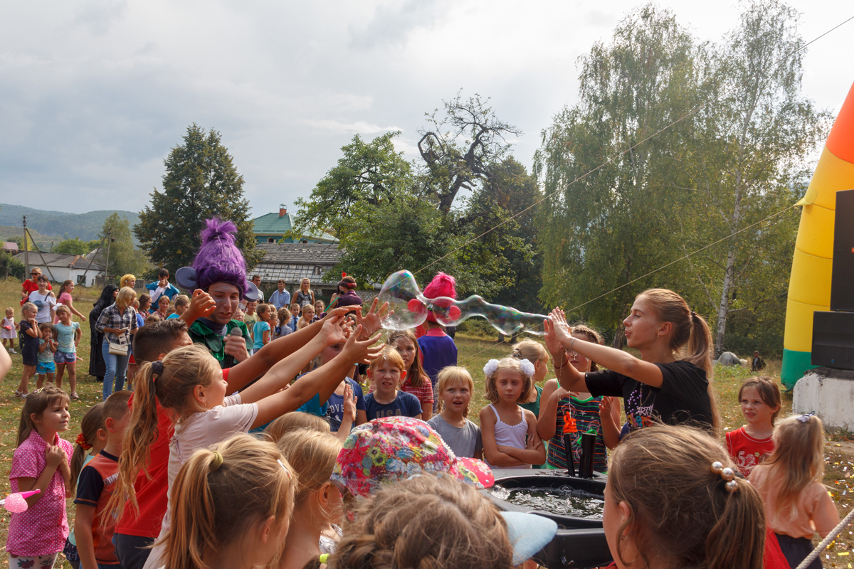 Kamennomostsky, Russia - September 1, 2018: Girl animator arranges for children show bubbles at the festival day of the village Kamennomostsky in the autumn Park (ENTRANCE FREE, ACCREDITATION IS NOT REQUIRED)